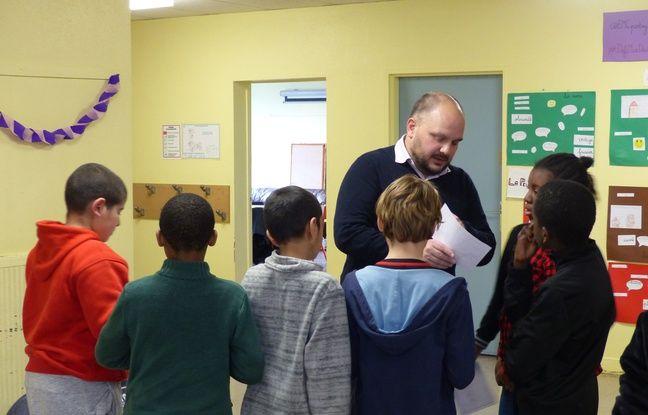 Yannick Boudet et ses élèves du Groupe scolaire Pierre et Marie Curie de Roissy-en-Brie, le 9/1/2017.