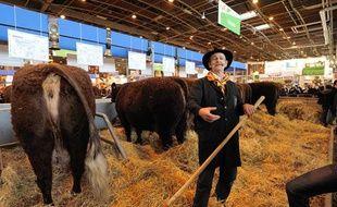 Un éleveur de vaches Salers au salon de l'agriculture à Paris, en février 2011.