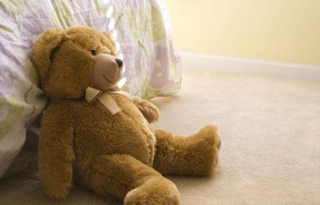 Un ours en peluche dans une chambre d'enfant.