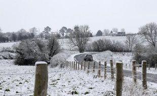 """Des chutes de neige printanière de 2 à 5 centimètres, qui devaient fondre dans la journée, étaient observées vendredi en Normandie, un épisode neigeux """"rare mais pas inédit"""" à cette époque de l'année, a-t-on appris auprès de Météo-France."""