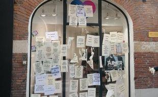 La devanture du local de campagne de Jean-Luc Moudenc, le maire sortant de Toulouse, a été recouvert d'affiches par des militants associatifs.