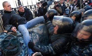 Une trentaine d'opposants antiPoutine parmi lesquels l'ex-ministre russe Boris Nemtsov et le leader du Front de gauche Sergueï Oudaltsov ont été interpellés dimanche lors d'une manifestation devant la tour de télévision à Moscou, a constaté un photographe de l'AFP.