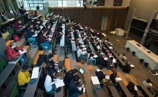 Des étudiants sur le campus universitaire de Jussieu, à Paris, le 22 février 2018.