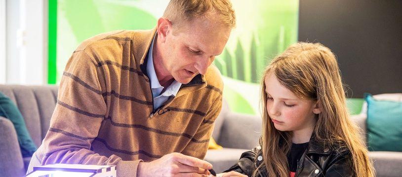 Lou, neuf ans, née sans un avant-bras, et Denis Tur, ingénieur chez Airbus, qui a initié la création d'une prothèse imprimée en 3D.