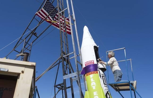 Mike Hughes montant à bord de sa fusée artisanale.