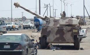 Des combattants du mouvement séparatiste du sud du Yémen se se reposent près d'un char dans le port d'Aden, le 17 mai 2015
