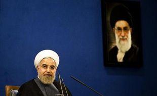 Le guide suprême d'Iran Ali Khamenei sous un portrait de l'Ayatollah Ali Khamenei, lors d'une conférence de presse à Téhéran, le 13 juin 2015