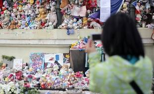 Le mémorial de l'attentat, au kiosque à musique du jardin Albert-1er
