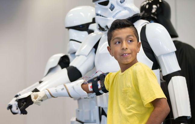 Le jeune Alvin Garcia pose en janvier 2015 avec sa prothèse de bras bionique, imprimée en 3D.