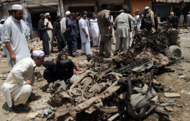 Vingt-cinq personnes, dont au moins trois enfants, ont été tuées samedi dans un attentat dans le nord-ouest du Pakistan, bastion des rebelles talibans et de leurs alliés d'Al-Qaïda, selon un nouveau bilan fourni par des responsables locaux.