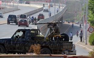 Des soldats patrouillent dans les rues de Niamey alors que le risque d'attentat est très élevé.
