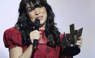 Indila reçoit la Victoire de la musique de l'album révélation, au Zénith le 13 février 2015.