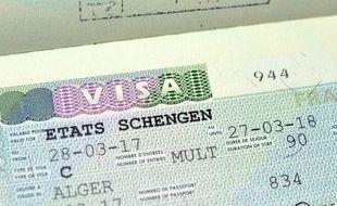 Non, la France ne va pas supprimer des visas pour des pays africains «en échange de ressources naturelles».