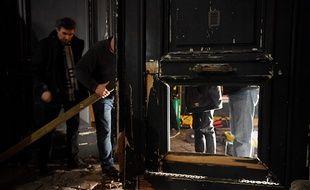 Paris, le 5 janvier 2019. Des policiers évaluent les dégâts après que des «gilets jaunes» ont forcé la porte du ministère de Benjamin Griveaux à l'aide d'un engin de chantier.