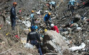 Des gendarmes sur le site du crash de l'A320 de Germanwings à Seyne-les-Alpes, le 31 mars 2015.