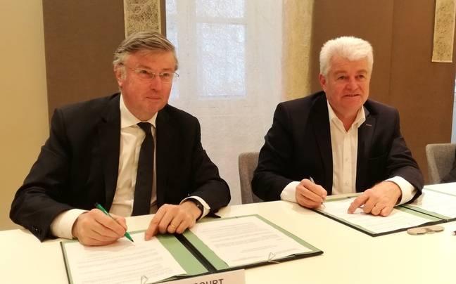 Claude d'Harcourt, préfet, et Philippe Grosvalet, président du conseil départemental de Loire-Atlantique, signent l'accord sur la rétrocession des terres de la ZAD.