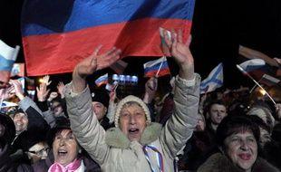 Des habitants de Crimée célèbrent la victoire du oui au référendum le 16 mars 2014 à Sébastopol