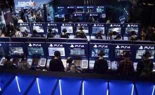 Des visiteurs du salon des jeux en ligne à Paris testent la PlayStation 4 le 29 octobre 2014