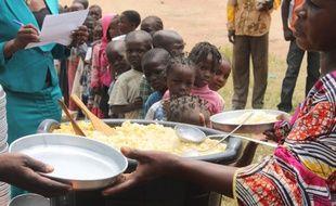 Des enfants patientent lors d'une distribution alimentaire à Bangui (République centrafricaine) le 7 juillet 2014.