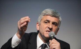 """Le président du Nouveau centre, Hervé Morin, crédité au mieux de 1% dans les sondages, a annoncé jeudi son retrait de la course à l'Elysée et appelé à soutenir Nicolas Sarkozy en construisant avec l'UMP une coalition équilibrée pour éviter """"les erreurs"""" du passé."""