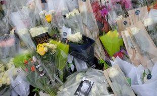Des anonymes ont déposés des fleurs devant la gendarmerie de Carcassonne (Aude) en mémoire des quatre personnes tuées, vendredi 23 mars 2018, par Radouane Lakdim.