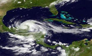 L'ouragan Ernesto a perdu de sa vigueur mercredi alors qu'il touchait la péninsule du Yucatan au Mexique, redescendant au grade de tempête tropicale, mais les prévisionnistes tablaient sur un regain d'activité avant jeudi.