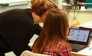 Lyon, le 15 novembre 2016. Au collège Victor Grignard, 350 élèves sont équipés de tablettes tactiles individuelles depuis l'an passé.