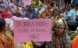 Des victimes de la catastrophe de l'usine de Bhopal (nord) en Inde, d'où s'était échappé un nuage de gaz toxique en 1984, manifestent le 10 novembre 2014 à New Delhi