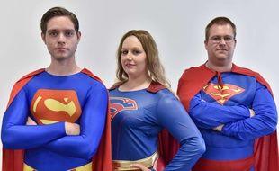 Des visiteurs du London Film and Comic Con en costume de Superman et Supergirl