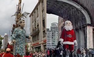A gauche, un Géant de la compagnie de théâtre Royal de Luxe. A droite, une capture d'écran de la pub Coca-Cola.