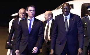Manuel Valls et Jean-Yves Le Drian sont accueillis par le président malien Boubacar Keita à Bamako, le 18 février 2016.