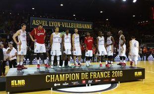 Strasbourg, le 14 juin 2016. - Battus par l'Asvel (77-80) lors du cinquième match de la finale de Pro A, les joueurs de la SIG montent sur le podium pour recevoir la médaille de finaliste. C'est la quatrième défaite d'affilée de Strasbourg en finale de Pro A.