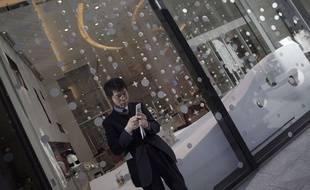 Un homme à Tokyo, au Japon, le 17 décembre 2014.
