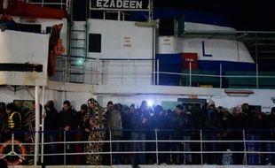L'Ezadeem, le cargo abandonné avec quelque 450 migrants à bord, à son arrivée le 2 janvier 2015 dans le port italien de Corigliano