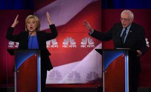 Les candidats démocrates Hillary Clinton et Bernie Sanders (d) lors d'un débat télévisé, le 17 janvier 2016 à Charleston, en Caroline du Sud
