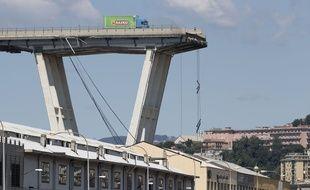 Un camion sur le viaduc de Gênes après son effondrement, le 14 août 2018.