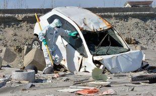 L'épave d'une voiture, près de la centrale nucléaire de Fukushima, le 11 mars 2013, deux ans après le gigantesque tsunami qui a frappé cette côte du Japon