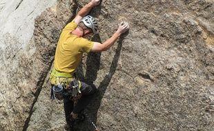 Illustration d'un homme en train d'escalader une paroi
