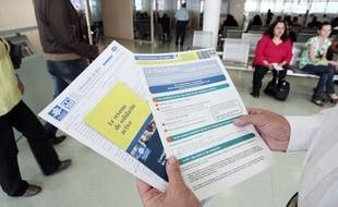 Une personne présente les brochures informant sur le RSA en juin 2009 à Paris.