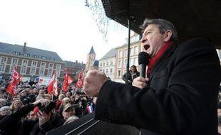 """Jean-Luc Mélenchon, candidat du Front de gauche à la présidentielle, a appelé, mercredi lors de ses voeux, à un """"grand chamboule-tout"""" en 2012, s'en prenant à la fois à Nicolas Sarkozy et à François Hollande."""