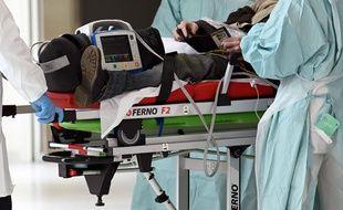 En immersion avec le Samu du Nord. Un patient, suspecte d'être Covid 19, pris en charge par l'équipe du Samu est emmené au CHU. Lille, le 6 avril 2020.