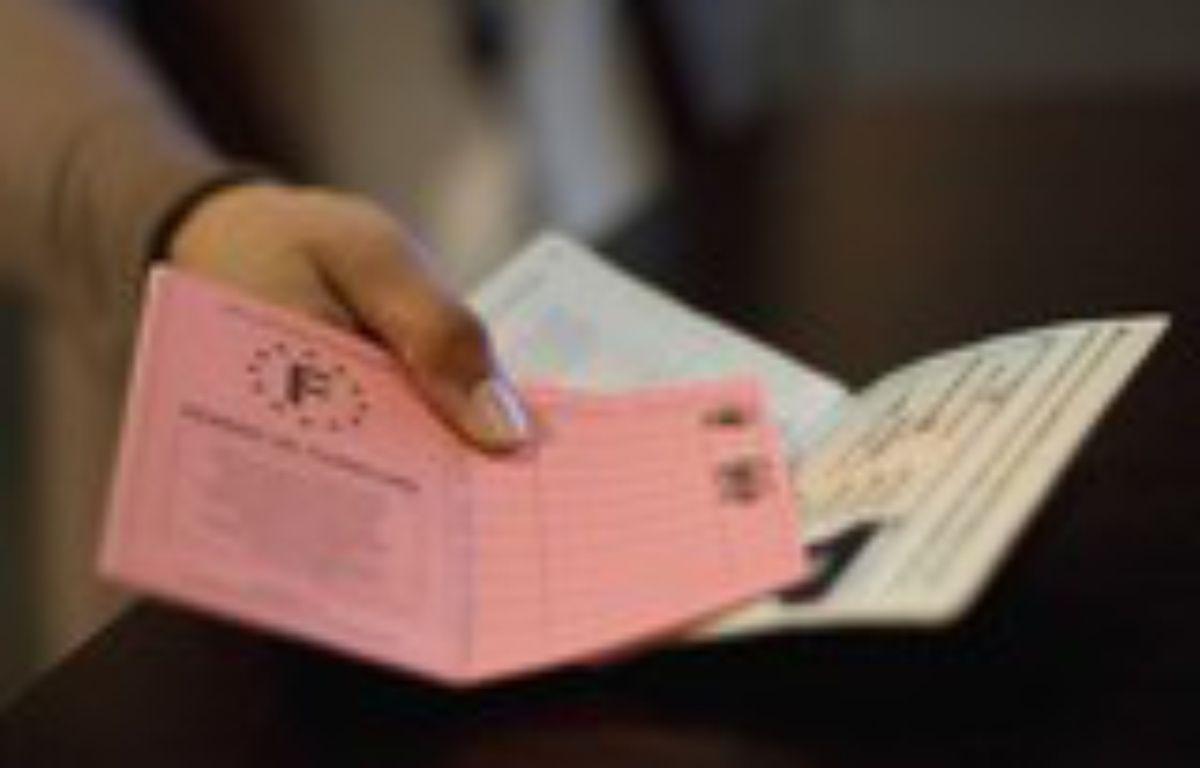 Illustration permis de conduire et passeport francais. Paris, FRANCE - 04/11/2009 – SIPA