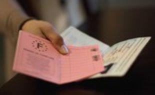 Illustration permis de conduire et passeport francais. Paris, FRANCE - 04/11/2009