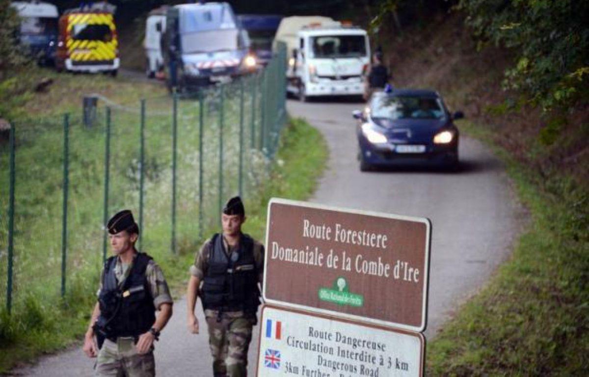 Les enquêteurs chargés de la tuerie des Alpes concentraient vendredi leurs efforts sur la personnalité du père de famille britannique tué mercredi, après avoir réentendu en vain la fillette retrouvée miraculée après être restée huit heures dans sa voiture. – Philippe Desmazes afp.com