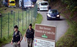 Les enquêteurs chargés de la tuerie des Alpes concentraient vendredi leurs efforts sur la personnalité du père de famille britannique tué mercredi, après avoir réentendu en vain la fillette retrouvée miraculée après être restée huit heures dans sa voiture.
