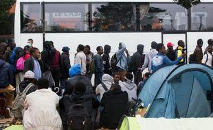 Evacuation de migrants installés dans les Jardins d'Eole le 6 juin 2016 à Paris