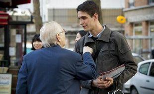 Gaëtan Dussausaye, secrétaire départemental du Front National de la  Jeunesse (FNJ) de Paris, tracte à la sortie du métro Rue des Boulets  dans le 11e en vue des éléctions municipales, le 8 octobre 2013.