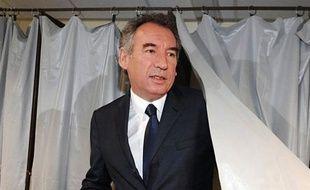 Le secrétaire général de l'UMP, Jean-François Copé, a annoncé lundi que l'UMP allait investir un candidat face au président du MoDem, François Bayrou, dans sa circonscription des Pyrénées-Atlantiques aux législatives de juin.