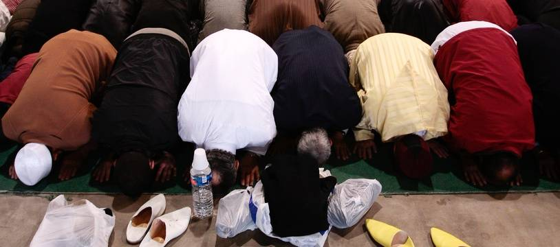 La prière, dans une mosquée. Ilustration.