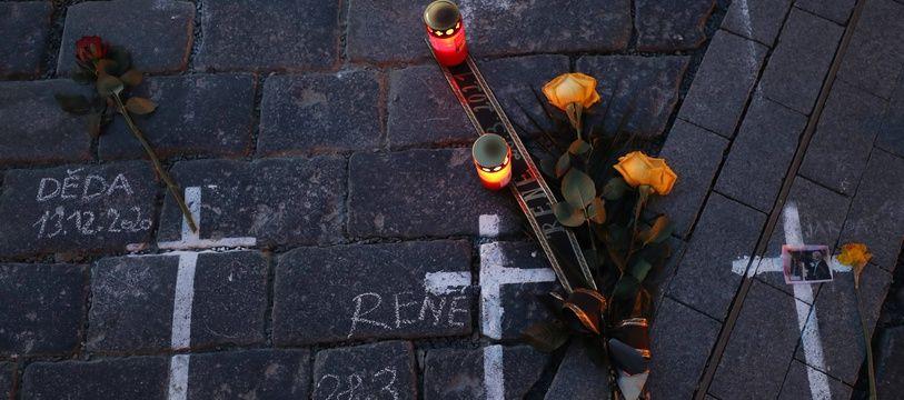 Un hommage improvisé aux victimes du Covid-19 à Prague, le 29 mars 2021.